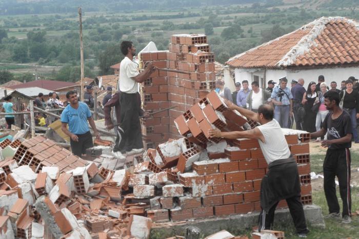 Ромите от Гърмен сами бутнаха двете къщи, не искат да плащат за принудително събаряне