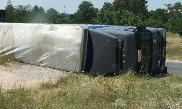 Товарен камион се е преобърнал при пътен инцидент вчера на шосето между Юндола и Велинград.