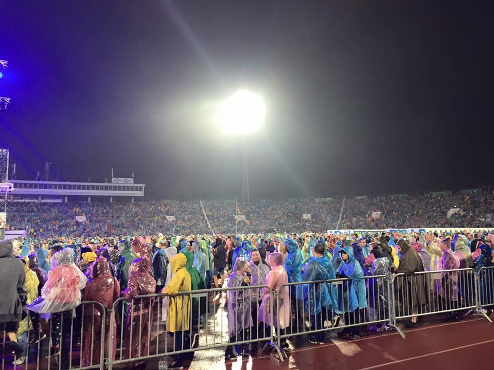 """70 хиляди пяха химна под дъжда със Слави Трифонов и """"Ку-ку бенд"""""""