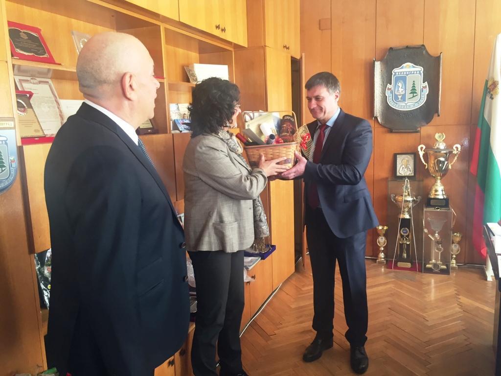 Сдружението на хотелиерите и ресторантьорите с благодарствен  подарък към кметът д-р Коев