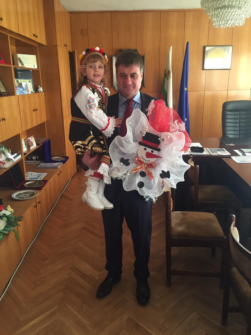 """Ръководството на ОДЗ """"Фантазия"""" поднесе коледен подарък на г-н Коев"""