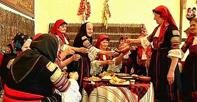 """Във Велинград отбелязват Бабинден с традиционния ритуал """"Даване име на дете"""""""