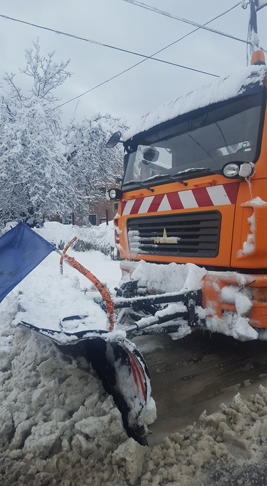 Три колесни товарачи- фадроми опесачават и почистват различни райони в общината