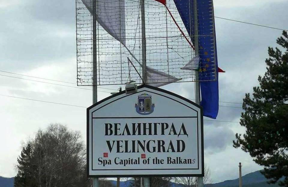 Питаме общината: Защо знамената на входа на града ни не се поддържат