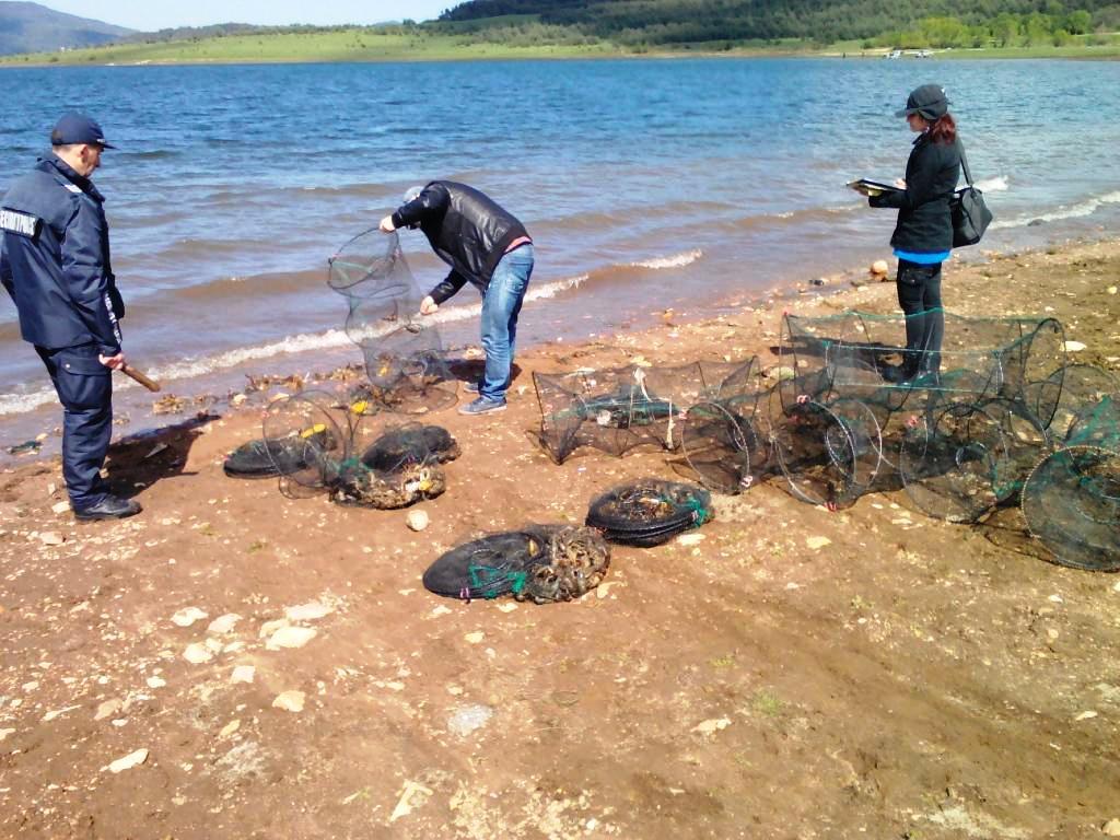 "25 броя ""кошове"" с незаконно уловени раци са открити при проверка на язовир ""Батак"""