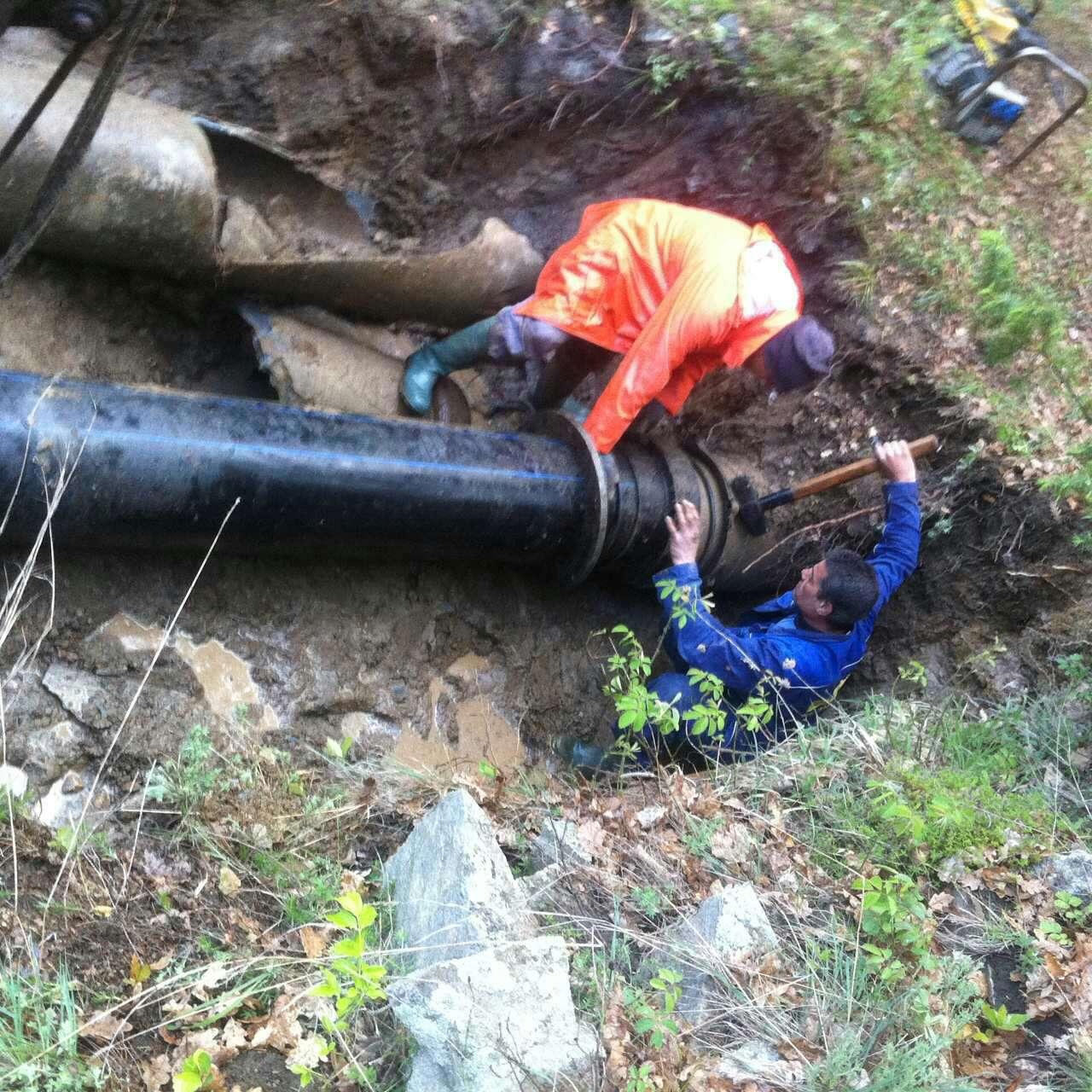 """Работата по отстраняването на авариите на довеждащ водопровод """"Лепеница"""" продължава"""
