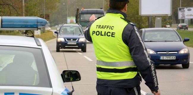 Трима шофьори са задържани от пътните полицаи в областта през изминалите почивни дни