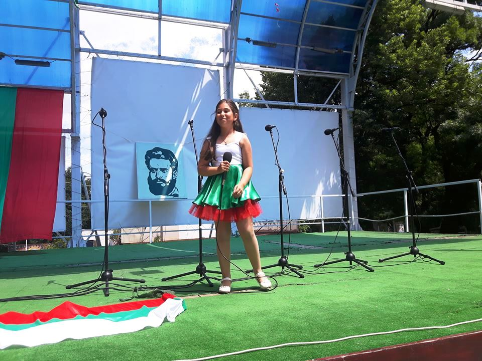 С рецитал и поднасяна на цветя Велинград отбеляза Деня на Ботев и загиналите за свобода на България (Снимки)