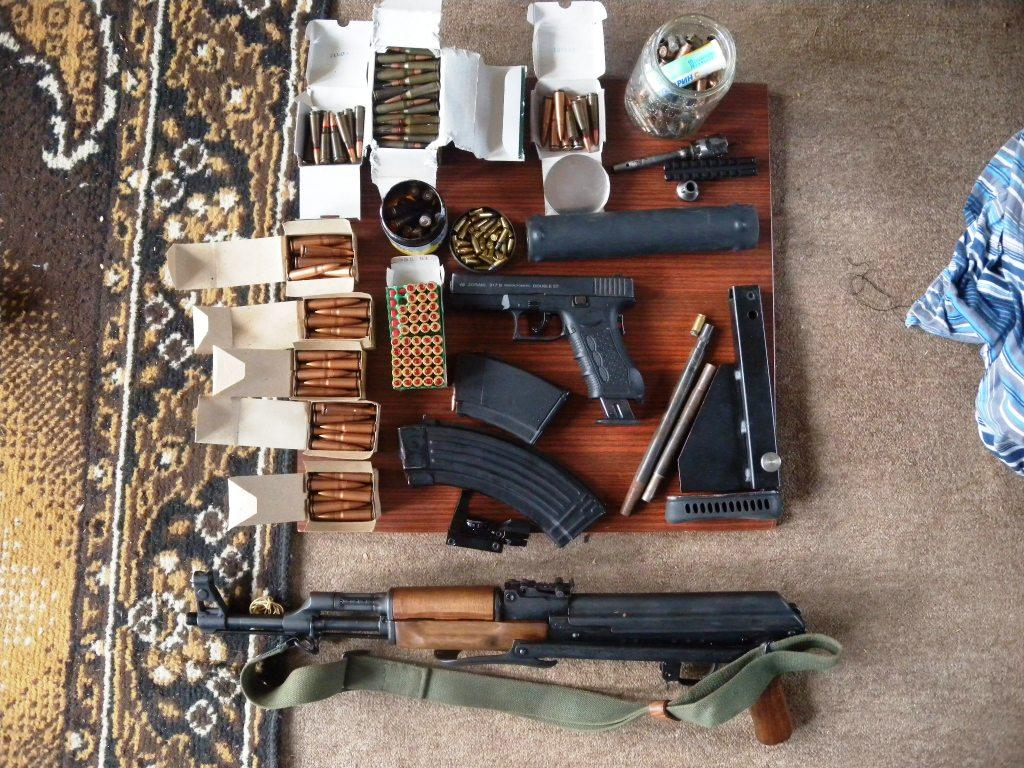 Незаконно притежаван боен арсенал иззеха велинградски полицаи от къща в село Драгиново.
