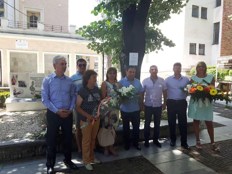 Венци и цветя за Димитър Мечев