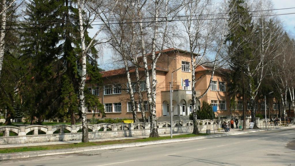 Нова спортна площадка се изгражда в Професионалната гимназия по икономика и туризъм във Велинград