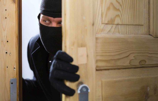 Трима извършители на кражби са установени от служители на полицейските управления в региона