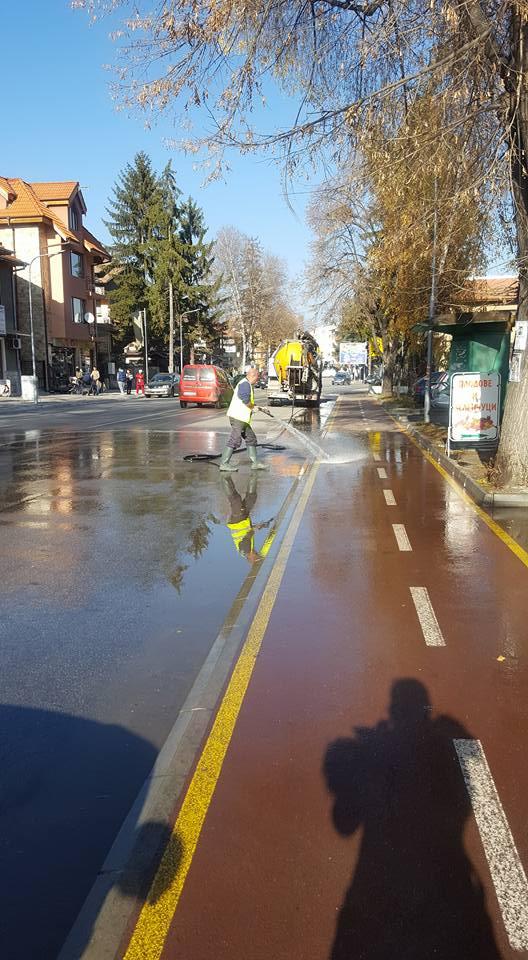 ВКТВ Велинград продължават с измиването на булеварда и тротоарите в града.