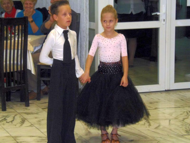 Здравко Димитров аплодира танцови двойки от Клуб за спортни танци Импулс