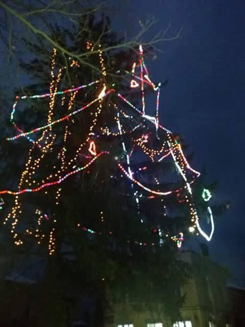 Коледната елха на Ракитово грейна