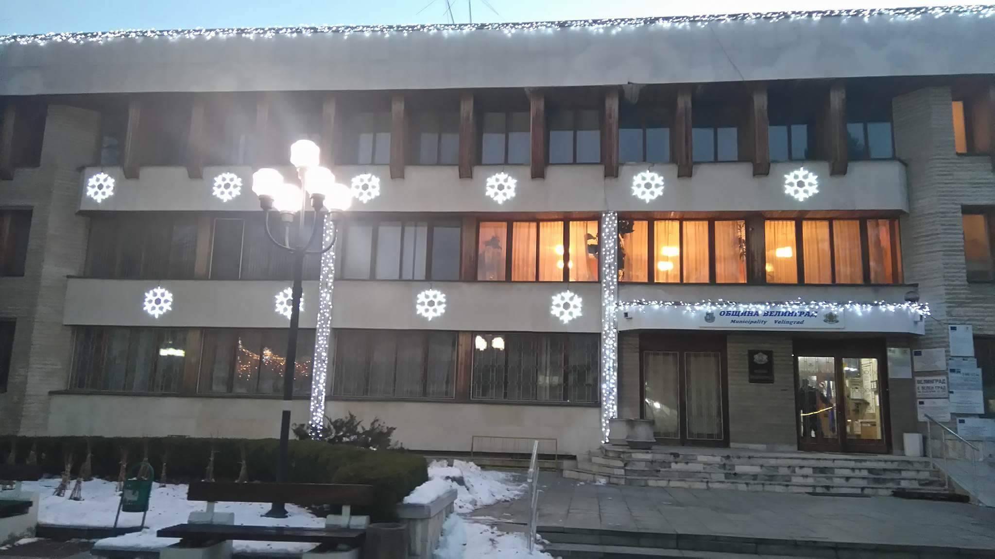 В очакване на тържественото запалване светлините на Коледната елха