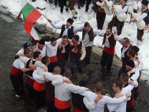Вижте кой хвана кръста в Ракитово, Дорково и Костандово