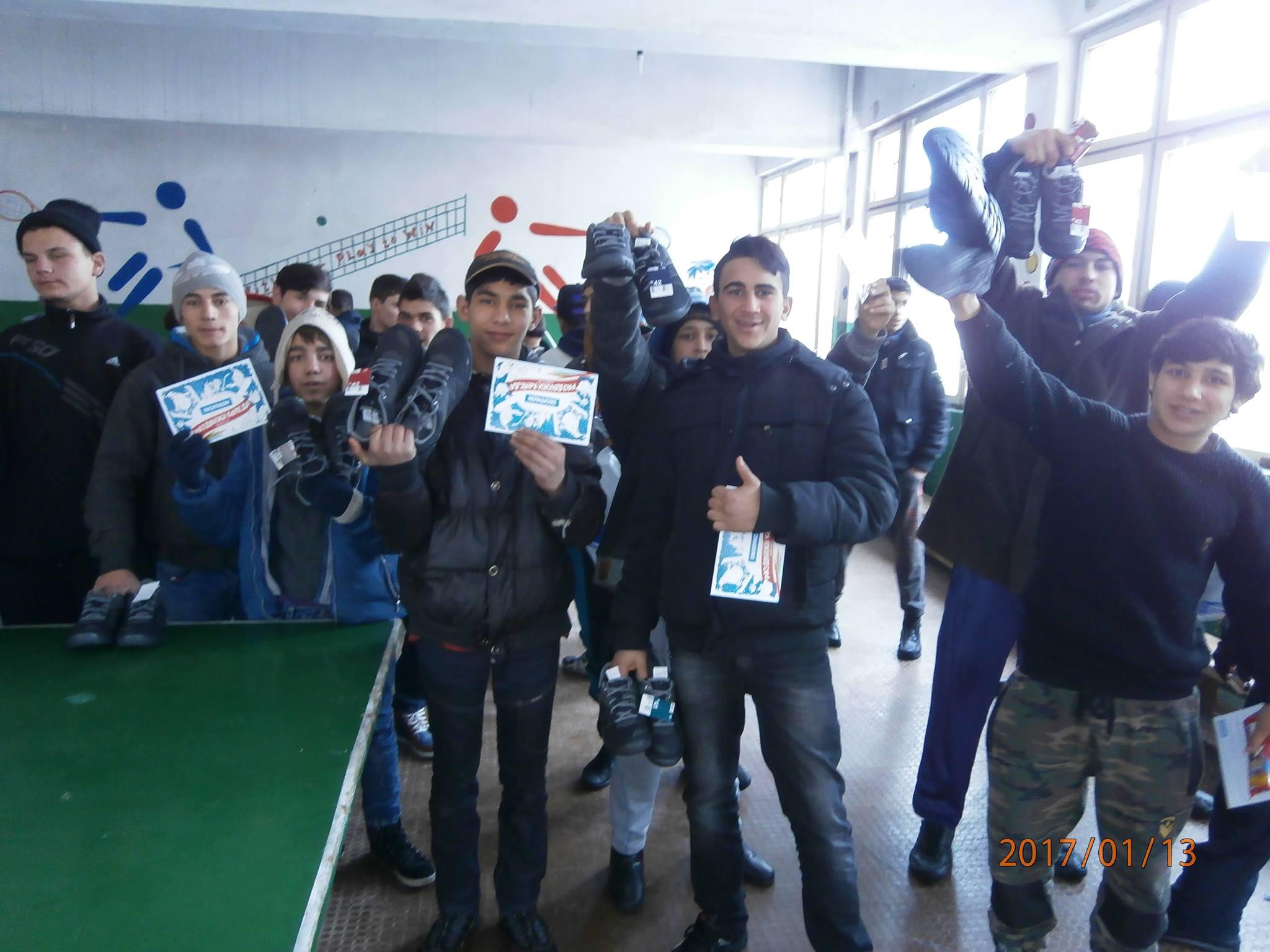 От Испанската гимназия и от Теленор изпратиха подаръци  за децата от ВУИ – Ракитово