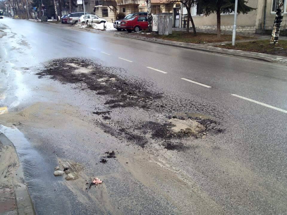 """Община Велинград иска фирмата изпълнител да възстанови асфалта на бул. """"Съединение"""""""