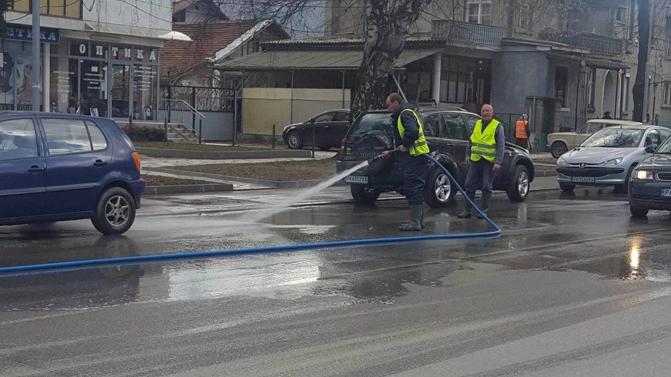 Похвално: Продължава пролетното почистване и миене на улици във Велинград и днес