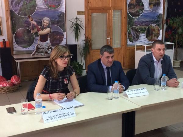 Екатерина Захариева от ГЕРБ пред учители във Велинград: Ще увеличим двойно заплатите на педагозите за 4 години