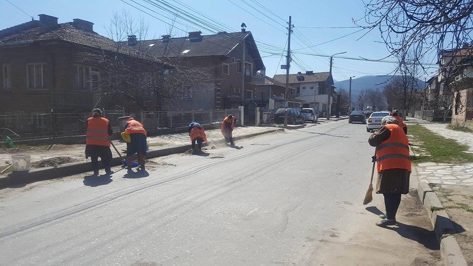 "Община Велинград и сметопочистващата фирма ""КМД"" ЕООД усилено почистват занемарени улици"