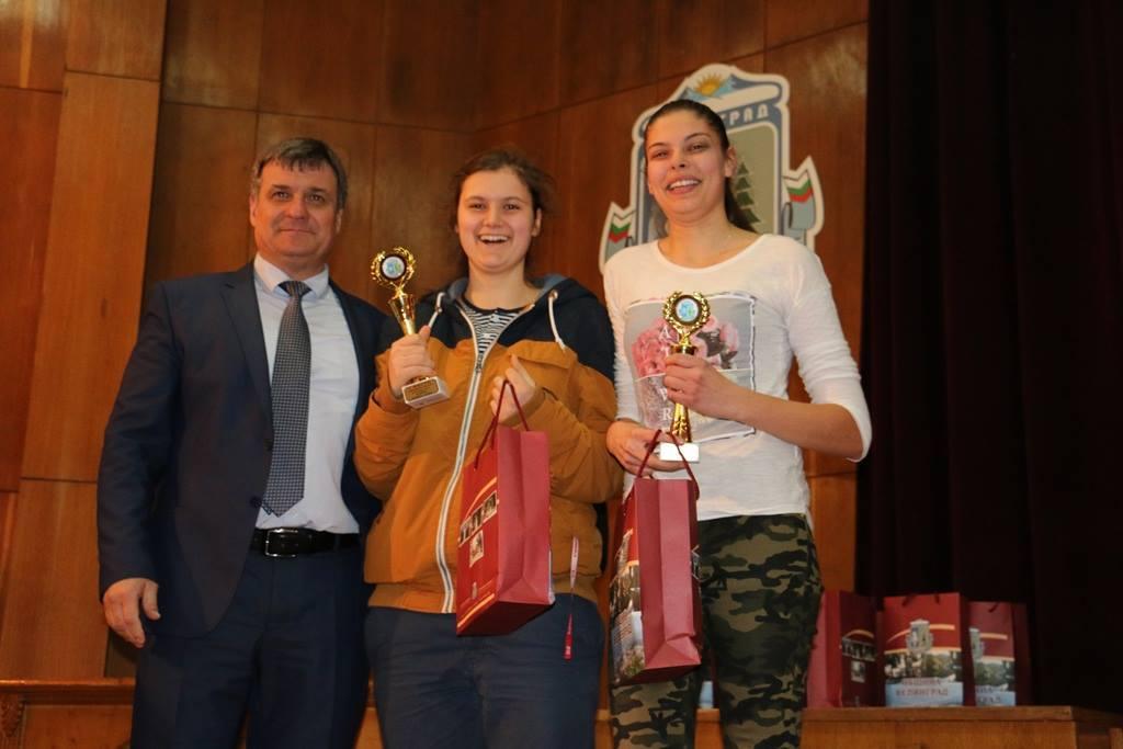 Връчване на наградите след приключване на регионалния етап на ученическите спортни игри 2016-2017г.