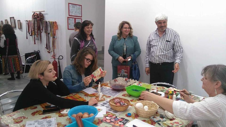 """Министър Балтова изписа великденско яйце на велинградския щанд на изложението """" Културен туризъм"""" във Велико Търново"""