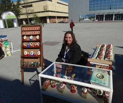 Катюша Каменова, самоука майсторка от Велинград, виртуозно бродира върху великденски яйца