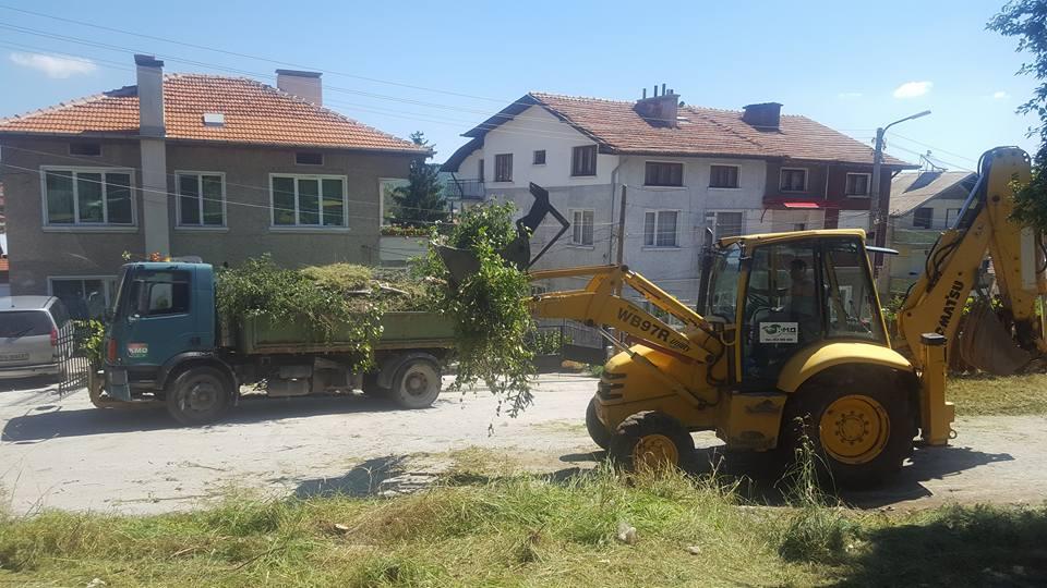 """Извозиха 16 самосвала отпадъци от ул. """"Димитър Талев"""" във Велинград"""
