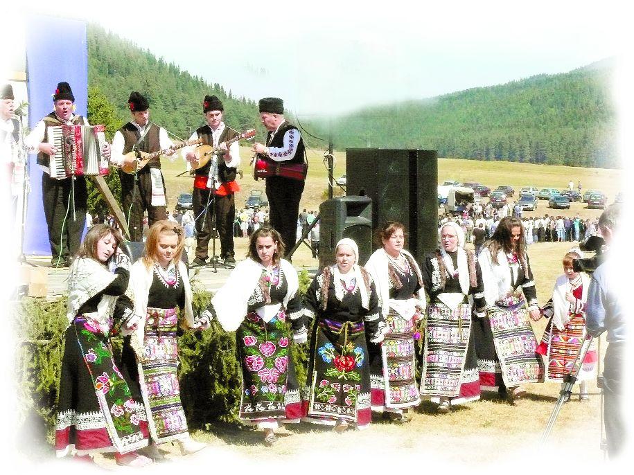 С фолклорни изпълнения продължава съборът по повод празника на село Юндола