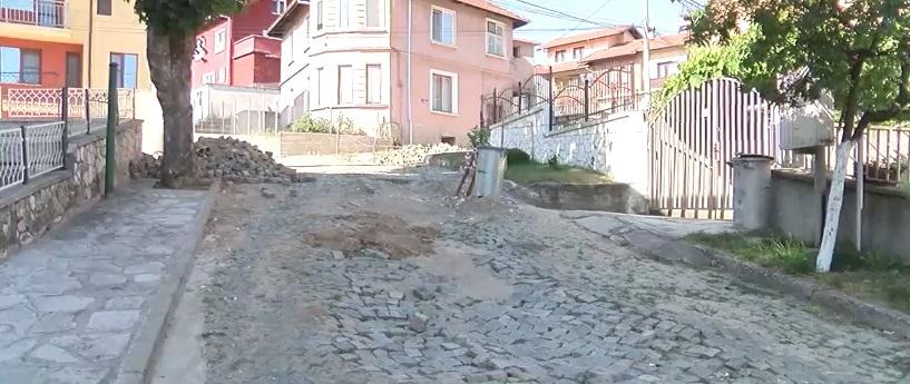Жители на Велинград настояват за незабавен ремонт на улицата им