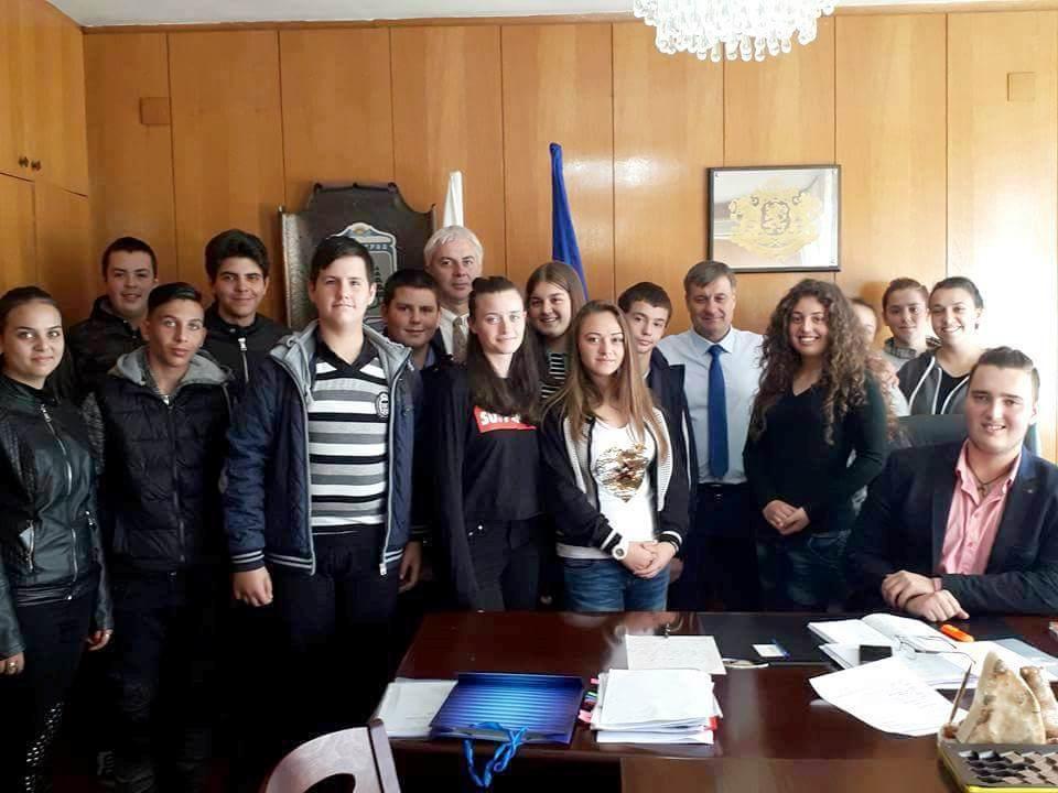Младежки и детски парламент посетиха кмета д-р  Костадин Коев