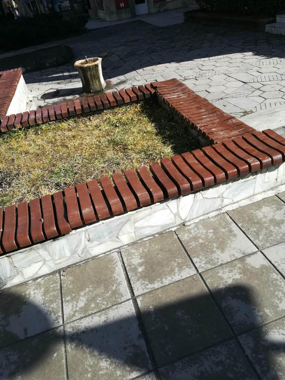 Възстановени бяха изпочупени пейки във Велинград