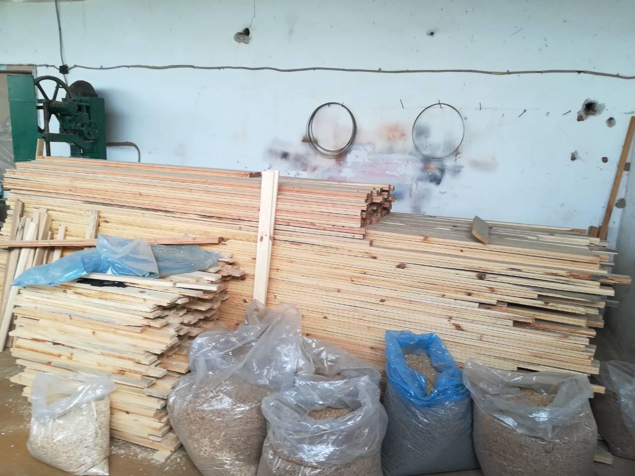"""Служители на сектор """"Противодействие на икономическата престъпност"""" при ОДМВР-Пазарджик откриха незаконно придобита и съхранявана дървесина в незаконен цех прикрит в сградата на шивашка фирма"""
