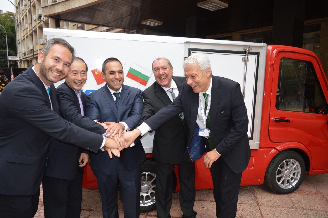 Сглобяваме електро камиони, министър Караниколов подкара прототипа