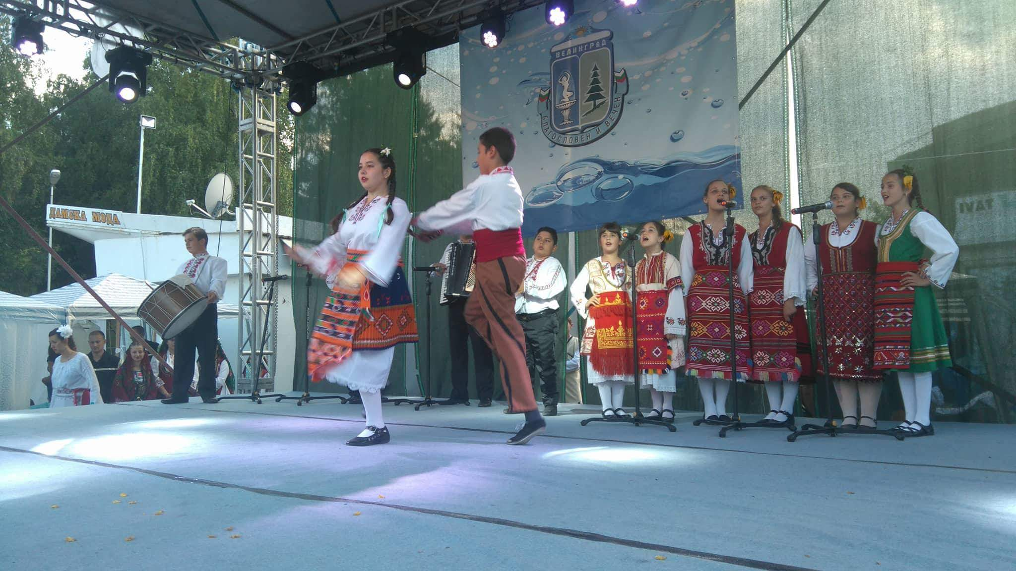 """В четвъртък се изявиха фолклорните състави на чепинското читалище, """"Арт център"""" и старозагорската трупа """"Танц на вятъра"""""""