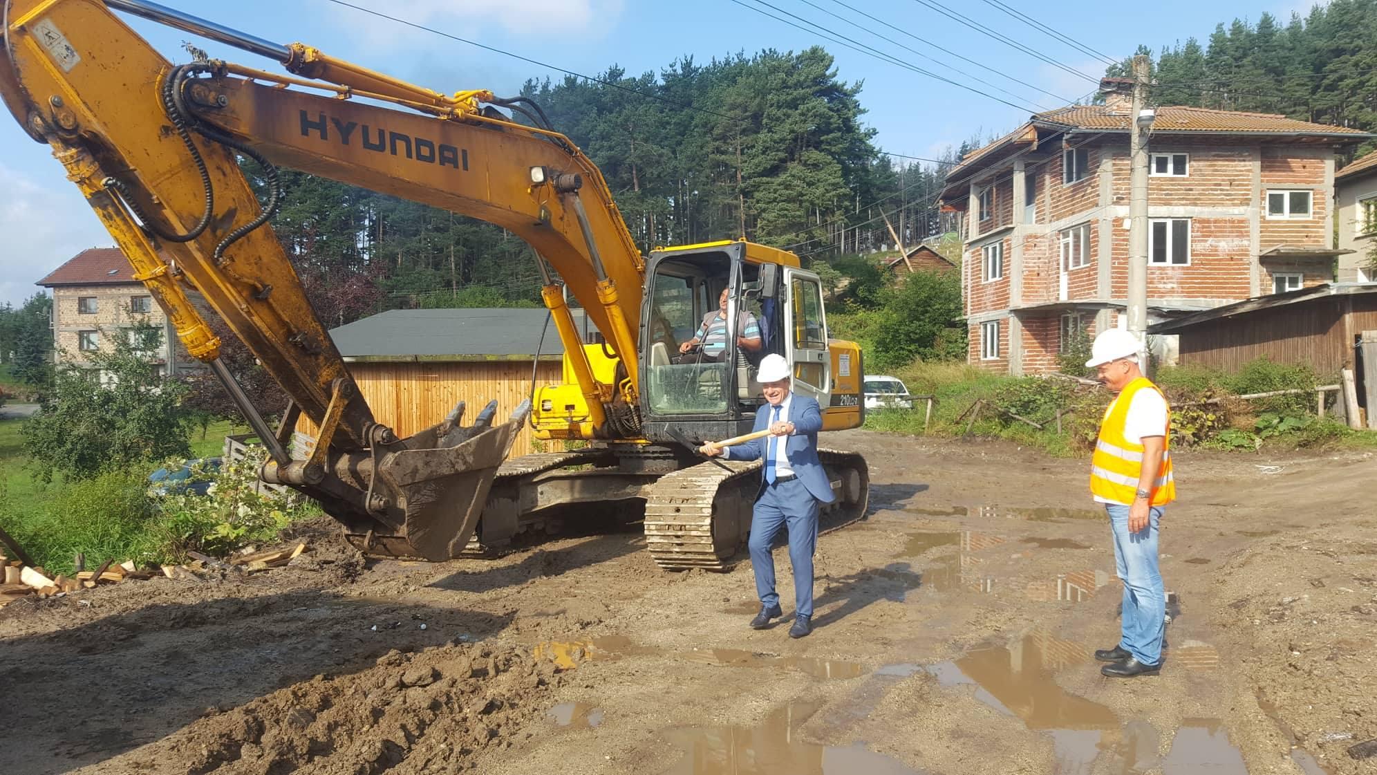 Кметът д-р Коев с поредната първа копка за изграждане на улици в село Юндола