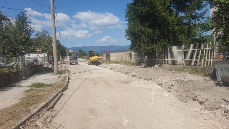 Паралелно с централната част, вървят и ремонтите по няколко улици