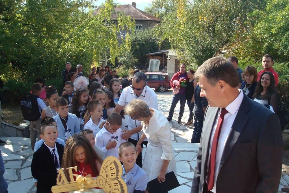 Кметът д-р Костадин Коев пожела здраве и много успехи през новата учебна година