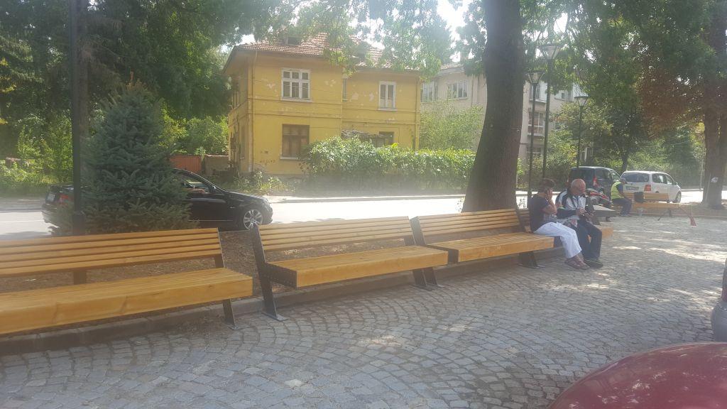 """Изпълнението на проект """"Нова визия на централна градска част, местата за отдих, ремонт и реконструкция на уличната мрежа във Велинград"""" продължава."""