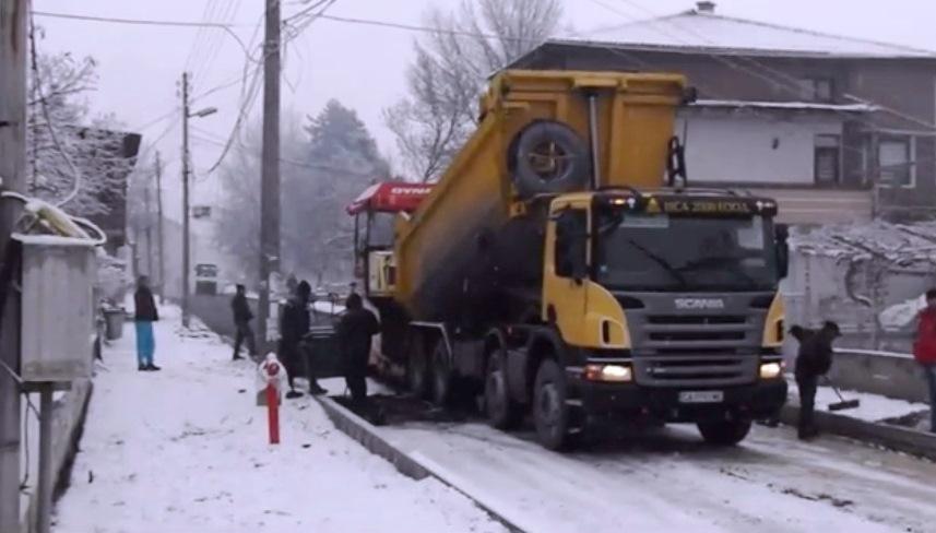 Във Велинград се асфалтира върху сняг