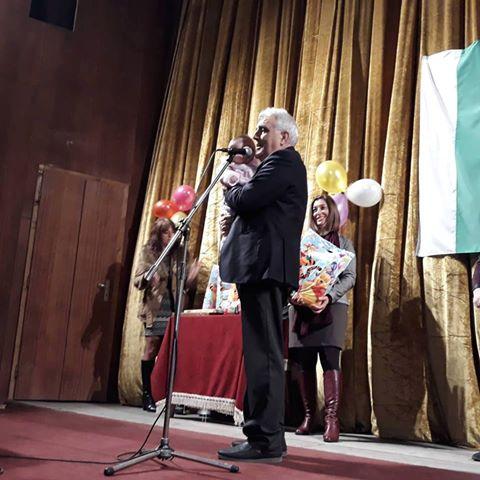 Кметът на община Ракитово Костадин Холянов ориса бебетата на Бабинден