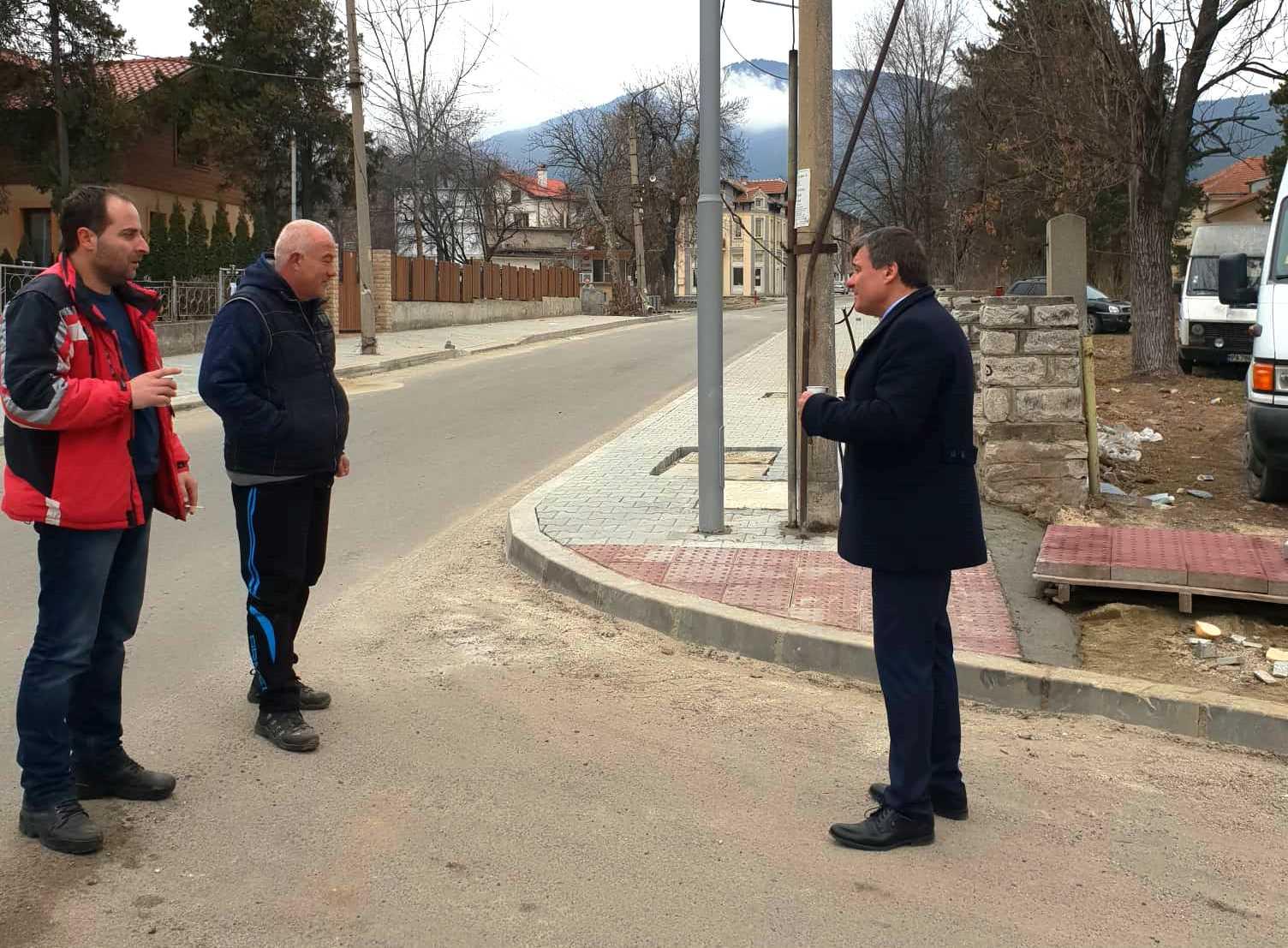 Кметът д-р Коев инспектира как се извършват ремонтните дейности в Каменица