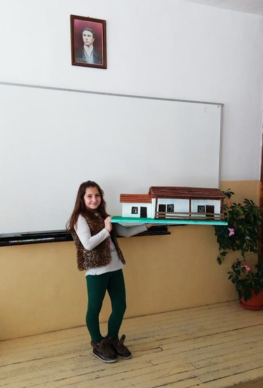 Ученичка изработи макет на родния дом на Васил Левски