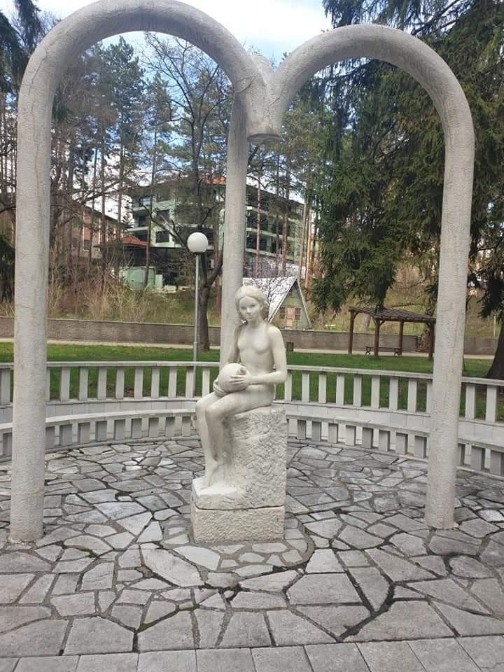 """Eмблематичната чешма в парк """"Вельова баня""""  вече потече."""