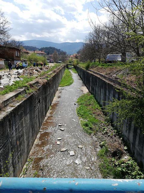 Работници по временната заетост почистиха речните корита и пътищата в община Ракитово