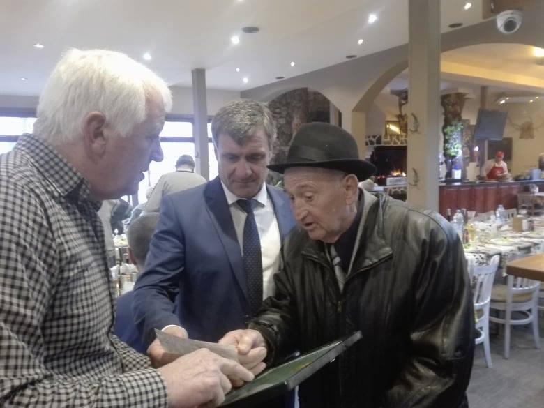 """Ветерани на футболен клуб """"Чепинец"""" бяха наградени от кмета д-р Коев"""