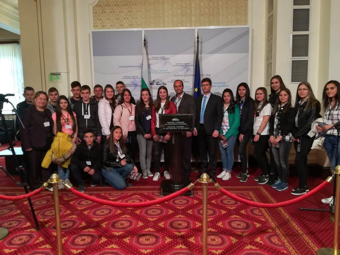 """Ученици от VII и IX клас при СУ """"Методий Драгинов"""" с. Драгиново заедно със своите преподаватели посетиха Народното събрание."""