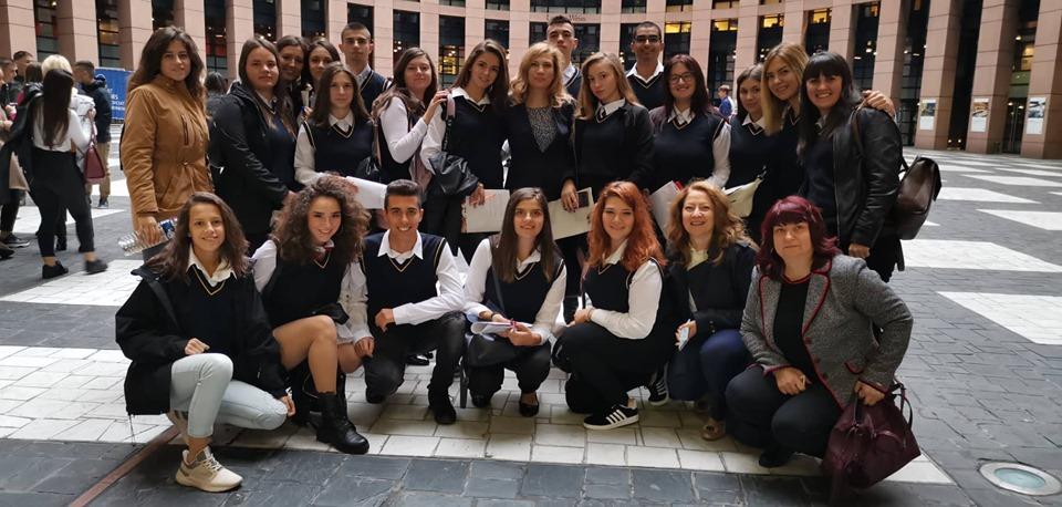 """Днес е денят, в който младшите посланици на Европейския парламент от Професионална гимназия по икономика и туризъм """"Алеко Константинов"""", Велинград ще представят България в програмата """"Евроскола"""""""